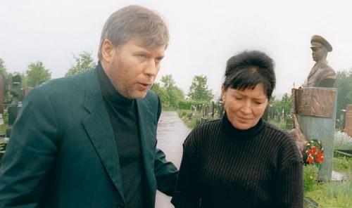 Вдова генерала Тамара Рохлина и адвокат Анатолий Кучерена на могиле Льва Рохлина на Троекуровском кладбище