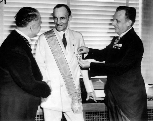 Генри Форд получает Большой крест ордена германского орла, Детройт, 30 июля 1938 года