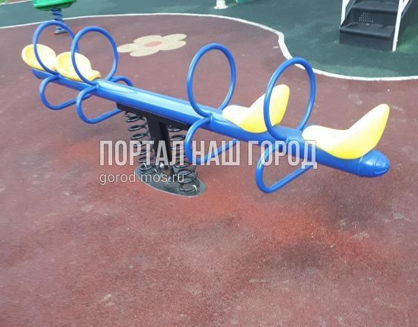 Игровой элемент во дворе на улице Ухтомского Ополчения починили коммунальщики