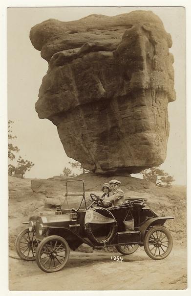 Молодая пара проезжает мимо «Балансирующей скалы» (Сад Богов, Колорадо Спрингс, США, 1920-е годы