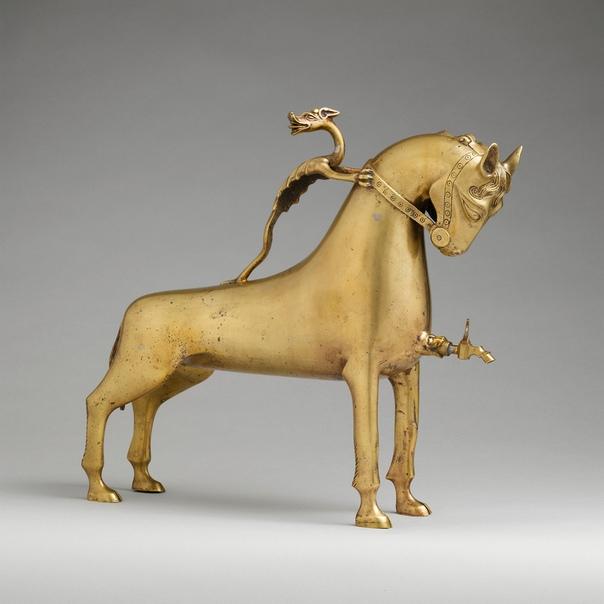 Акваманил (рукомойник в виде лошади из медного сплава (около 1400 года, Нюрнберг, Германия)