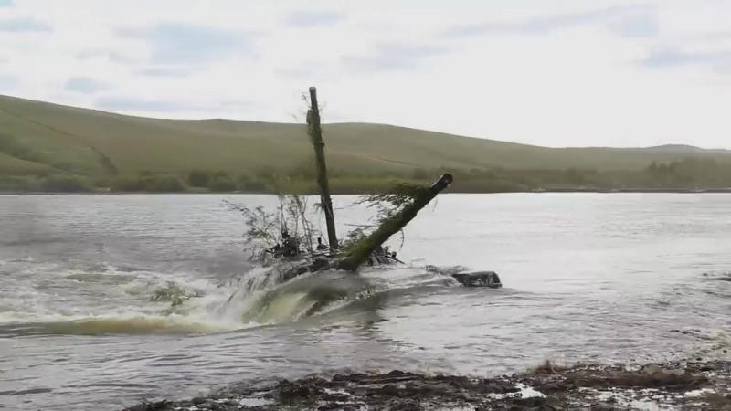 Переправа техники через водные преграды на маневрах «Восток-2018».