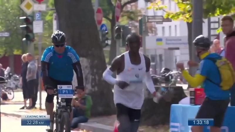 """Клаус-Хеннинг Шульке или """"Drinks Guy"""" во время мирового рекорда Кипчоге"""