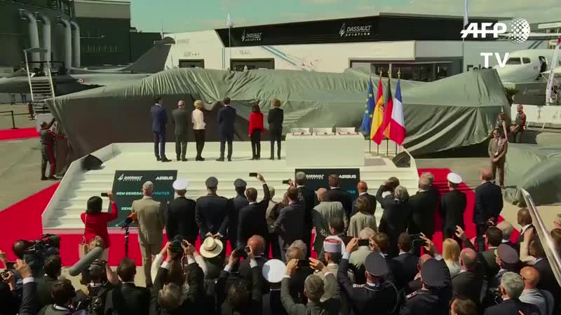 VIDEO A full-scale model of the Future Combat Air System FCAS jet is unveiled at the Paris.mp4