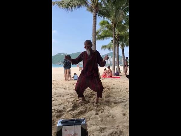 Thai beachparty grandpa