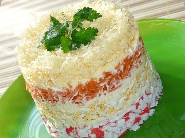 Салат  Нежность . Ингредиенты:- крабовые палочки 1 уп- яйцо 4 шт- морковь 1 шт- сыр 80 гр- майонезПриготовление:1. Яйца сварить, охладить, почистить.2. Морковь сварить и почистить.3.