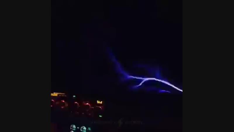 Огни святого Эльма из кабины пилотов пассажирского самолета
