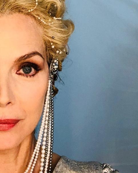 Первое фото: Мишель Пфайффер в образе королевы в «Малефисенте 2» 60-летняя Мишель Пфайффер только недавно завела собственную страницу в Instagram, но уже научилась правильно дразнить поклонников