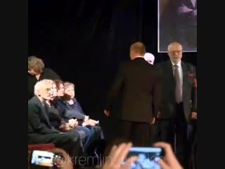 Владимир Владимир Путин приехал на прощание с правозащитницей Людмилой Алексеевой.