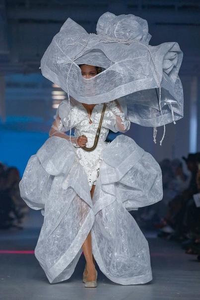 Невеста с зонтом Vivienne Westwood Коллекция весна-лето 2020