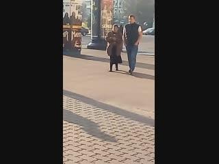 Тётка, которая ранее была замечена сильно избитой, побирается на ул. Романовская Слобода