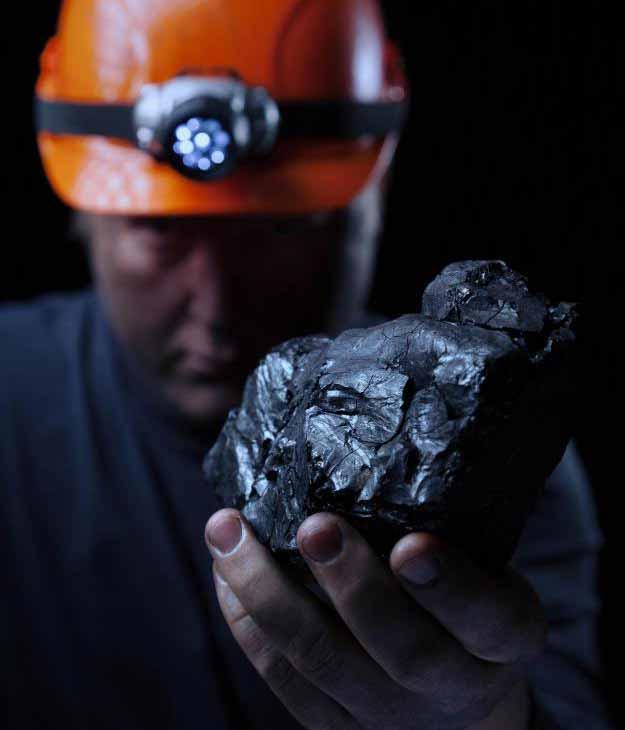 Обычно для развития черной болезни легких требуется около 10 лет вдыхания угольной пыли.