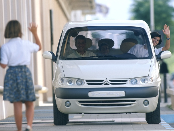 Вехи истории : 1996 Citroen Berlingo Bulle (Heuliez) Citroën представил три концепт-кар версии нового Berlingo в парижском салоне 1996 года.Основанный на Citroen Berlingo, Bulle (Bubble) был
