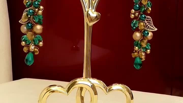 Вечерние серьги Изумрудная лоза изготовлены вручную из бусин и декоративных элементов в виде листиков и страз Золото и изумруд богатая цветовая г