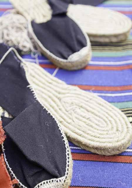 Обувь, свитера, брюки и носки являются одними из многих предметов одежды, которые можно сделать из конопли.