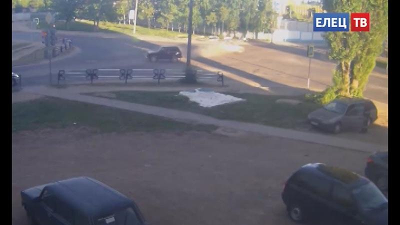 В результате ДТП на улице Героев перевернулась «Лада-Калина»