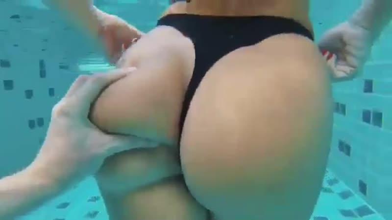 Милая попень плавает в бассейне Эротика со зрелыми женщинами mature MILF Мамки XXX hotmoms 18plus