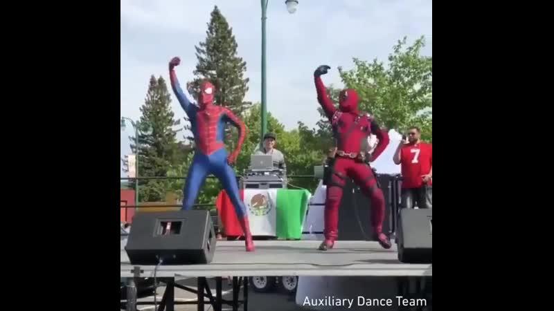 танец дедпула и человека паука