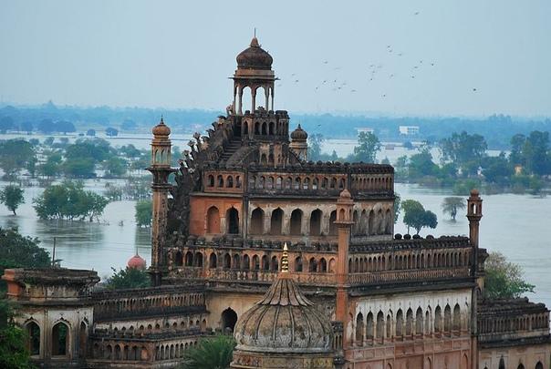 Руми Дарваза величественные ворота индийских навабов В городе Лакхнау, штат Уттар-Прадеш, Индия, находится грандиозный памятник исламской архитектуры ворота Руми Дарваза который не теряет своего