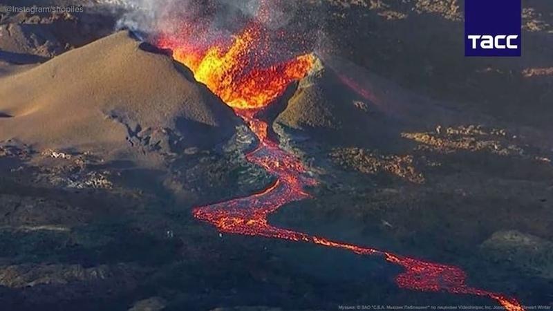 """ТАСС on Instagram: """"На французском острове Реюньон проснулся вулкан Питон-де-ла-Фурнез. Очень красивое зрелище!  Видео: ТАСС/Instagram"""""""
