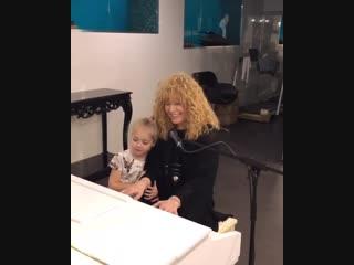 Алла Пугачева придумала песенку для дочки Лизы