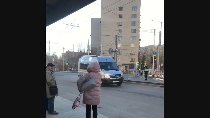 Вставшие в пробках краснодарские автомобилисты загудели кортеж Медведева