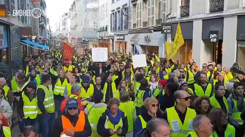 Тысячи человек в центре Парижа протестуют против повышения цен на бензин, полиция применила слезоточивый газ