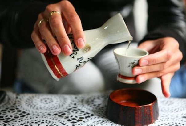 Саке традиционный алкогольный напиток Японии, получаемый в результате брожения рисового сусла и солода Японцы придумали варить его уже 2 тысячи лет назад при дворе императора и в синтоистских