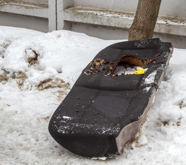 Маленький ребенок оказался запертым родителями в машине и заживо сгорел. Ужасная трагедия произошла