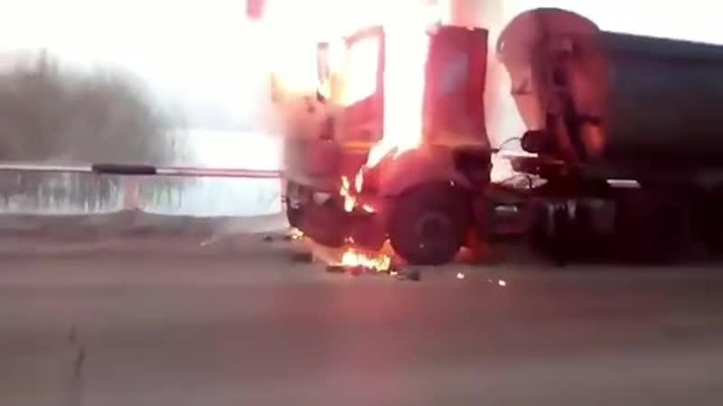 В Кузбассе на трассе возле села Костёнково в Новокузнецком районе сгорел грузовик с углём Об этом сообщили очевидцы По их слов