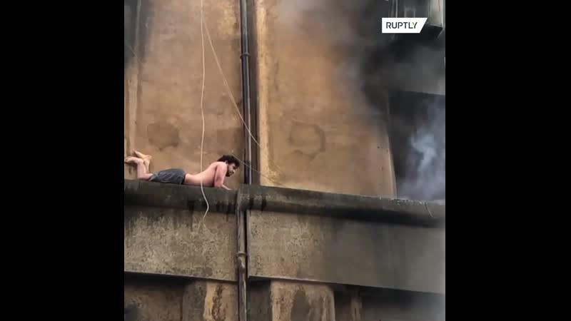 Римлянин чудом выжил при пожаре прильнув к фасаду