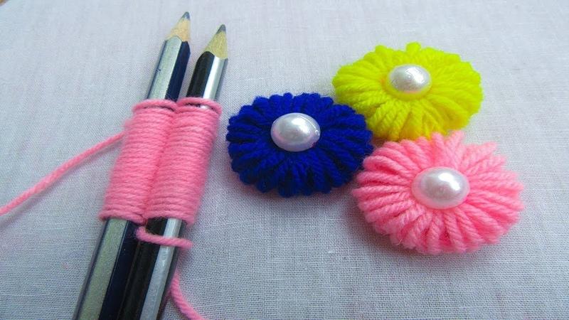 Делаем милые цветочки из пряжи с помощью карандашей.