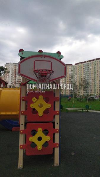 Коммунальщики восстановили покрытие детской площадки на Покровской улице