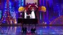 Кандидат в президенты Украины Зеленский играет членом на пианино