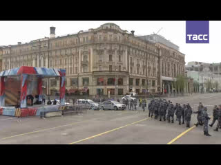 #Прямосейчас военная техника, которая примет участие в параде Победы, направилась на Красную площадь
