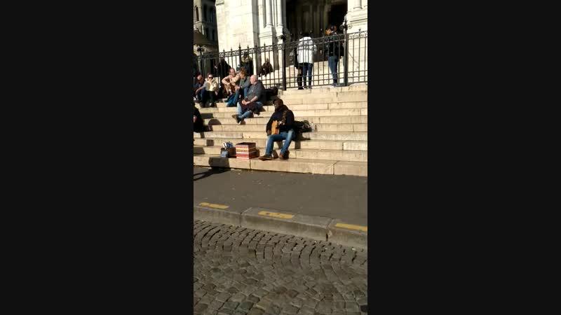 Париж - уличный музыкант