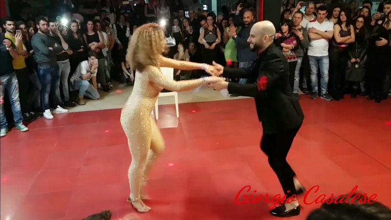 Танцуют Jorge Burgos ( Ataca) and Tanja Kensinger (Alemana)