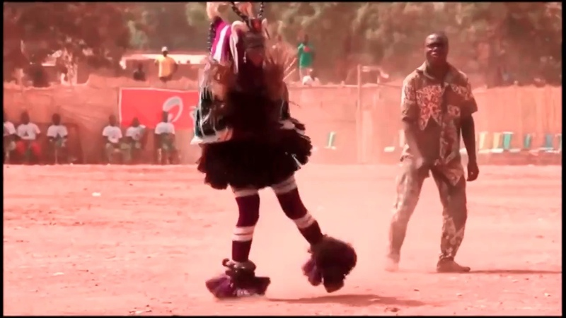 Улётный танец африканского парня Вытворяет ногами немыслимое