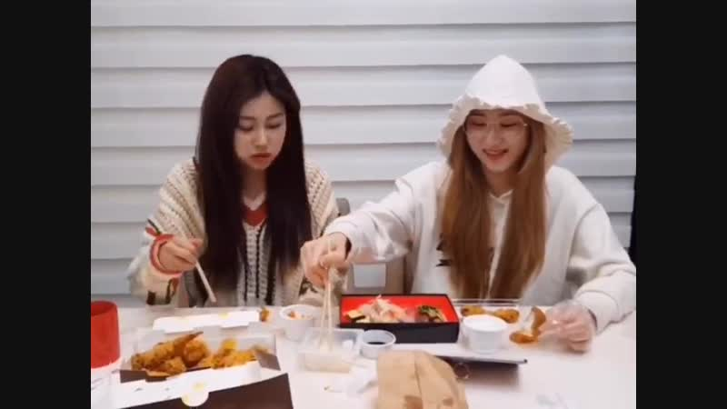 Chaeyeon congratulate Chaeryeong for debuting and said that they werent twins 있지 ITZY.mp4