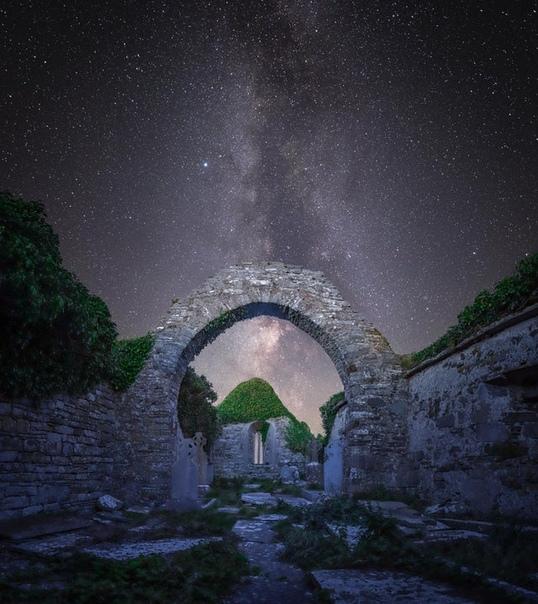 Руины старой церкви в графстве Клэр, Ирландия