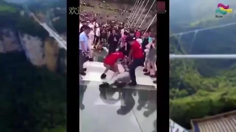 Очень страшный мост из стекла - Люди боятся ходить по стеклянному мосту в Китае