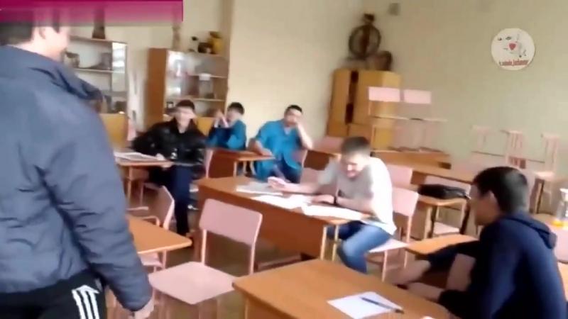 18 ! Идиоты снимают унижение учительницы (1)