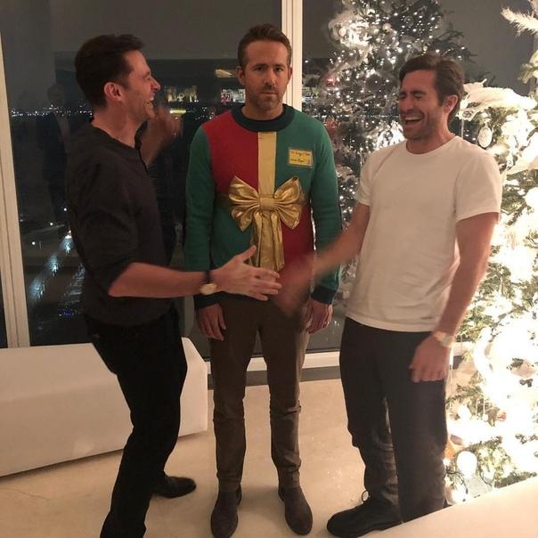 Коллеги Райана Рейнольдса по экранизациям комиксов Marvel Хью Джекман и Джейк Джилленхол устроили ему жестокий розыгрыш. Как поведал сам Рейнольдс на своей официальной странице в социальной сети Instagram, приятели позвали его на предрождественскую вечери