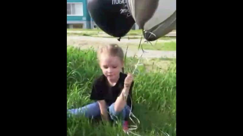Никто не может грустить,когда у него есть воздушный шарик 🎈 Подпись:Винни-Пух