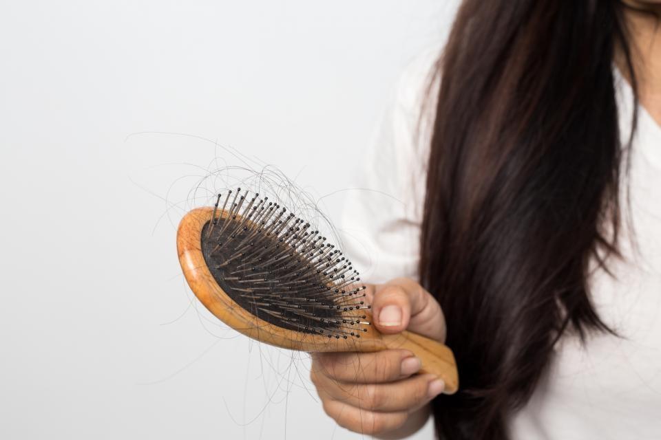 Выпадают волосы осенью: почему, что делать