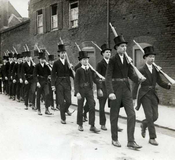 Занятия по военной подготовке в Итонском колледже (Лондон, 1915 год)