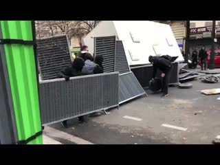 16 03 19 Premiere barricade sur paris. De nombreuses sauvages de plus de 1000gj un peu partout dans.mp4