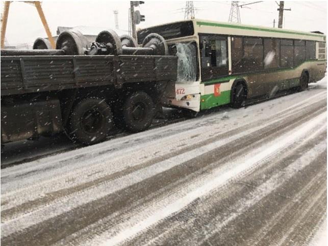Перед судом предстанет водитель автобуса, въехавший в КамАЗ в Вологде