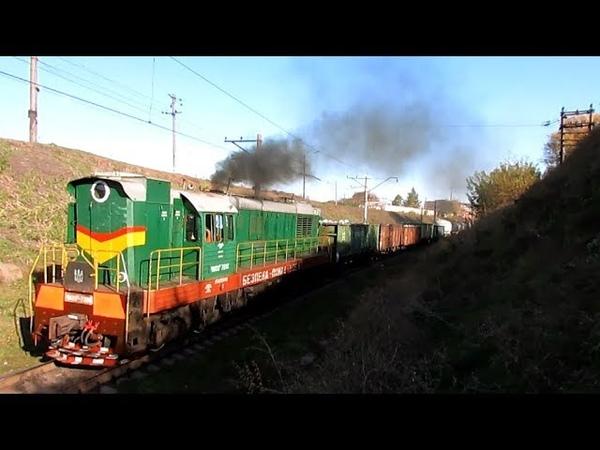 Маневровый тепловоз ЧМЭ3т-7206 с грузовым поездом и приветливой локомотивной бригадой [08.11.2018]