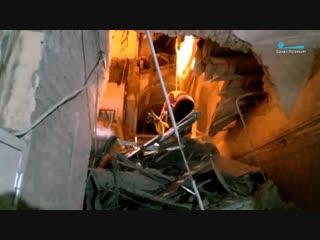 Кинологи с собаками работают на месте обрушения в здании ИТМО